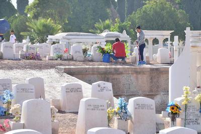 Algunas familias quienes prefirieron colocar las flores y marcharse.