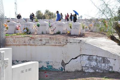 Este año no se prohibió el paso a los familiares cuyos difuntos se encuentran en el área bardeada en el panteón Jardines del Carmen.