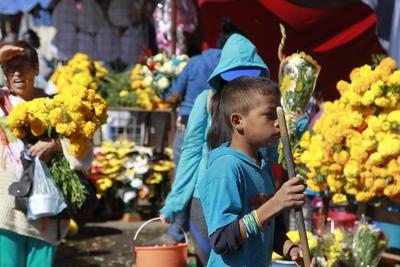 Por flores tampoco se batalló, el ramo se vendía en la romería desde 35 pesos por lo que arreglar y limpiar una sepultura no salió caro.