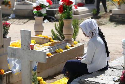 Muchos jóvenes asistiendo a la fuerza, otros se reencontraban en la tumba de un un familiar que a lo mejor nunca conocieron.