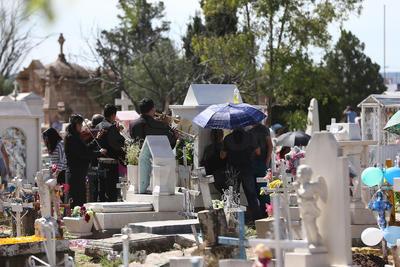 Un Día de Muertos normal en el panteón Oriente, con fervor en algunos visitantes,.