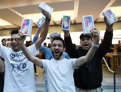 Quienes obtenían finalmente su iPhone X, mostraron gran alegría.