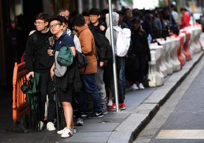 En Sídney, los compradores permanecieron horas de pie.