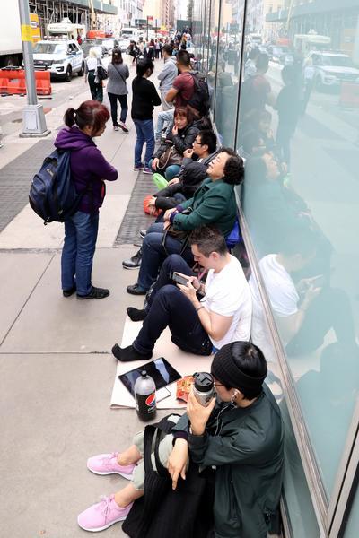 En Nueva York, decenas de personas aguardaban para entrar a la tienda.