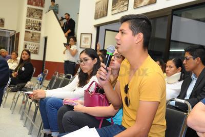 El segundo debate estaba programado para la UAL y la UAdeC. Sin embargo éstos últimos no se presentaron por lo que los organizadores pidieron a la UAL que expusiera su proyecto y fuera el público quien participara en la etapa de preguntas y respuestas, así como en la de réplica y contra réplica.