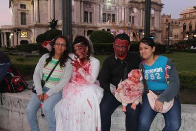Aquellos pequeños zombies con sus ropas rasgadas paseaban junto con sus padres para tomarse foto con aquellos adultos que vestían como otros personajes de terror: momias, cadáveres, centauros, novias muertas, soldados cazazombies, superhéroes, payasos y muertos vivientes.