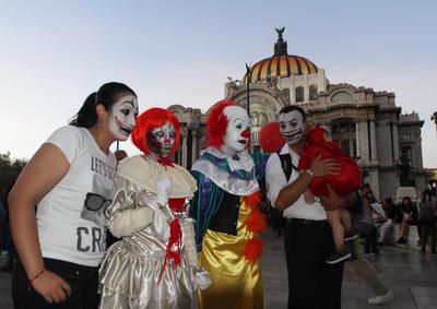 """Los asistentes a este evento se unen cada año, desde 2007, para mostrar sus """"valores zombies"""" y desfilar hasta el Zócalo."""