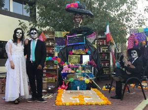 05112017 PARTICIPAN EN CONCURSO.  Altar de muertos de la UAL realizado por alumnos de la carrera de Comunicación y Periodismo en honor a los fallecidos en los sismos de septiembre pasado.