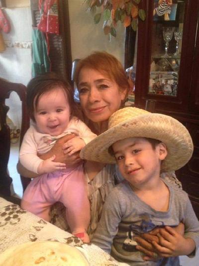 09112017 Cony con sus nietos, Victoria y Paquito