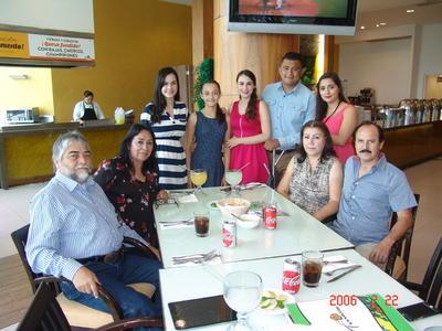 09112017 Paola y Daniel con sus familiares.