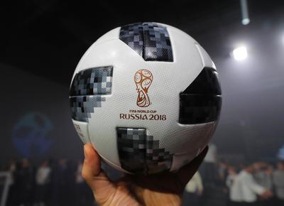"""La compañía recordó que el Telstar original """"es uno de los balones de fútbol más emblemáticos de todos los tiempos, por lo que crear el 18 y mantenerse fiel al modelo original """"supuso un reto realmente apasionante""""."""