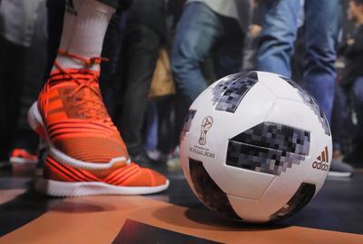 La FIFA explicó que se trata de una recreación que rinde tributo al primer balón que creó Adidas para el Mundial.