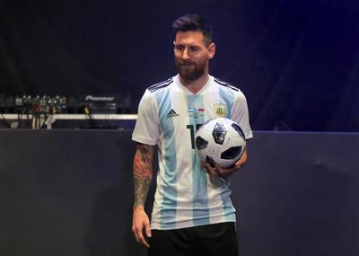 El delantero argentino del Barcelona Leo Messi fue la figura central de la presentación.