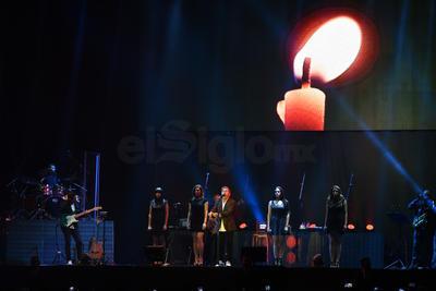 Tres pantallas, una al centro y dos laterales, proyectaban imágenes alusivas a cada canción que Ricardo interpretaba.