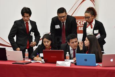 En el último debate del día de Encuentro Siglo se enfrentó la Universidad Autónoma del Noreste (Uane) y la Universidad Autónoma de la Laguna.