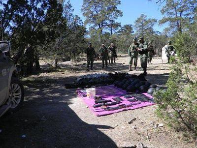 Luego de ubicar el área aseguraron las ocho toneladas de marihuana, dos camionetas, dos armas de fuego largas, un aditamento lanza granadas, 32 cargadores para diversos calibres y 458 cartuchos de diversos calibres.