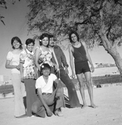 12112017 En Parras, Coahuila, Sandra Luz, María, Horacio, Ernesto Luján, Miguel y Guille, en 1975.