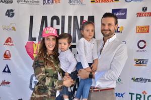 12112017 Pablo y Roberta con sus pequeños, Pablo y Marisol.