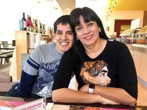 13112017 EN FAMILIA.  Ramón Betancourt con su mamá, Irma Gallardo.