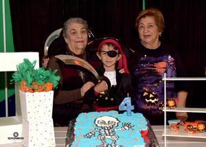 12112017 El festejado acompañado de sus abuelitas, María de Jesús Romero y Escolástica Nevárez.