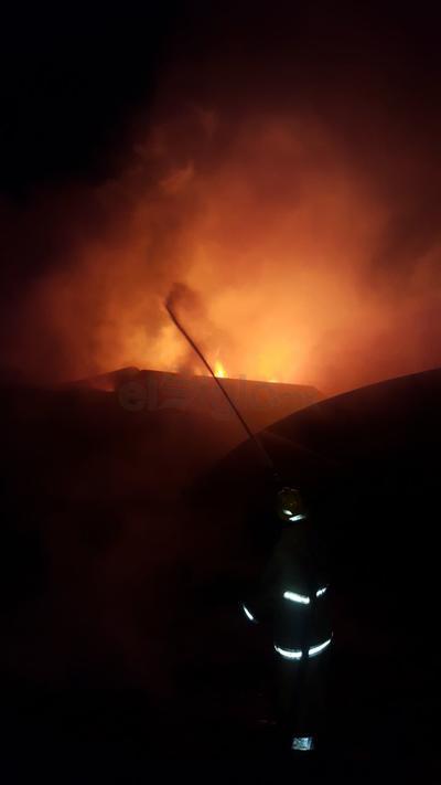 Fue alrededor de las 5:00 horas de este martes que a la línea de emergencias 911 se pidió auxilio reportando el incendio en una maquiladora localizada en la segunda etapa del Parque Industrial en calle Guanaceví 433, esquina con calle Piedras Negras.