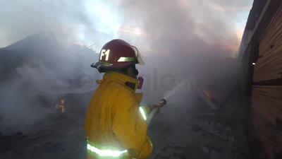 Voraz incendio alcanza dos empresas del Parque Industrial de Gómez Palacio.