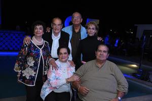 14112017 FESTEJO EN FAMILIA.  Cristina Rivas acompañada de sus hermanos en su celebración de cumpleaños.