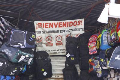 Los comerciantes requieren del apoyo de las autoridades para establecer un control de las tomas de energía eléctrica y de los cables que cruzan por varios metros.