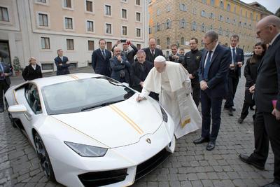 El lujoso vehículo italiano será subastado para obras benéficas.