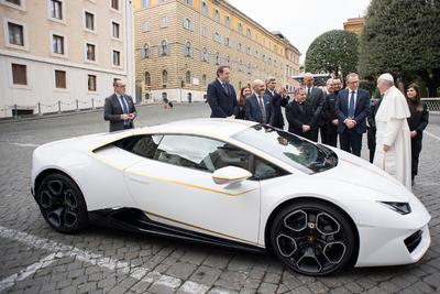 El fabricante de autos deportivos de lujo Lamborghini regaló este miércoles al papa Francisco un ejemplar de una edición especial de su modelo Huracán.