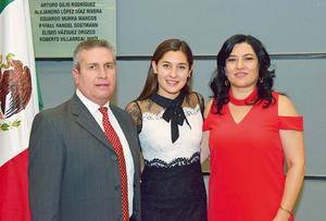 15112017 FIRMA DE TíTULOS.  Luis Carlos, Paty Elena y Paty.