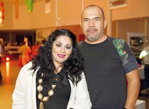 16112017 POSAN PARA LA FOTO.  Alejandra y Óscar.