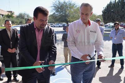 El corte del listón estuvo a cargo de Antonio González-Karg, director general de El Siglo de Torreón y Omar Lozano Cantú, rector de la UAL y se hizo en presencia de directivos de esta casa editora y docentes de la Universidad.