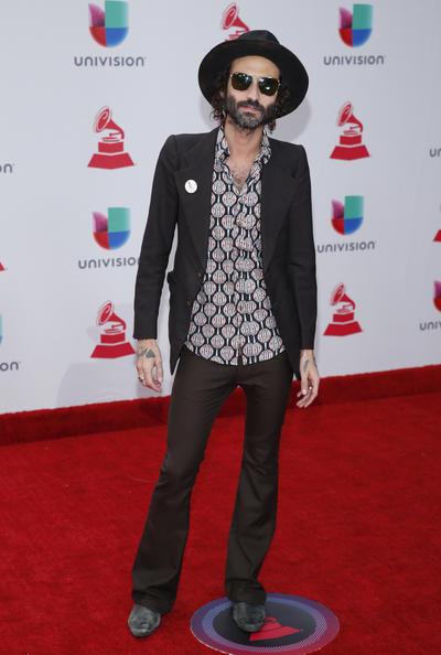 El cantautor español Leiva llega para los XVIII Premios Grammy Latinos.