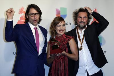 """Carlos Dussan (i), Juliana Jaramilo y Claudio Roncoli (d) posan con su premio por """"Mejor paquete de grabación""""."""