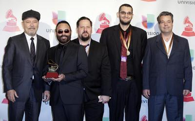 """Rubén Blades (i), Roberto Delgado (2-i) y la Orquesta posan con su premio por """"Mejor álbum de salsa""""."""