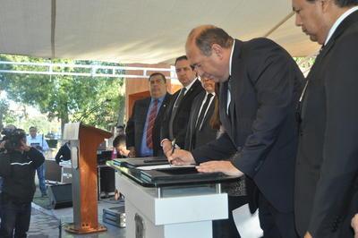 Durante el evento inaugural, se firmó el decreto del Plan de Exhumaciones del Estado por parte del gobernador Rubén Moreira, el fiscal general Gerardo Márquez y Silvia Ortiz.