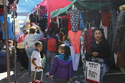 """Según un estudio de Resuelve tu Deuda, siete de cada 10 mexicanos consideran que las tiendas elevan los precios para después """"ofertar"""" y ocho de cada 10 piensan que las ofertas no valen la pena."""