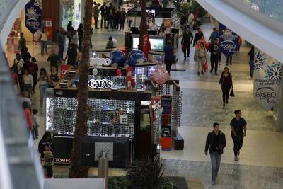Algunos negocios en la ciudad de Durango adelantaron un día el Buen Fin y desde el jueves presentaron ofertas de hasta el 50 por ciento de descuento en sus precios, el resto iniciaron sus ofertas en las primeras horas del viernes 17 con mucha presencia de clientes.