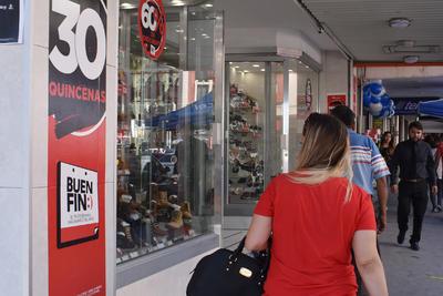 En el Centro de la ciudad de Torreón también se observaron algunos compradores.