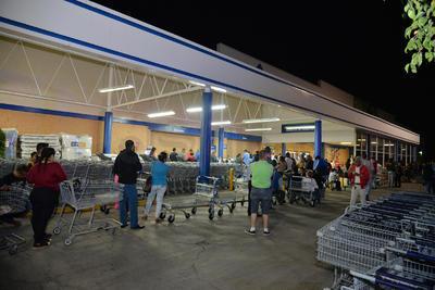 Desde temprana hora, compradores aguardaban en los comercios participantes.