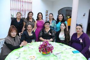 18112017 Amigas y familiares acompañan a la festejada.