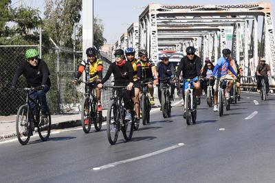 Integrantes de diversos colectivos ciclistas salieron a rodar para conmemorar el Día Mundial en Memoria de las Víctimas de Hechos Viales.