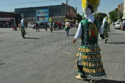 Con la bendición del párroco de Nuestra Señora de Guadalupe, Benjamín Rivera, fue como inició el peregrinar de 144 grupos de danzas de diferentes estilos, rumbo a la parroquia.
