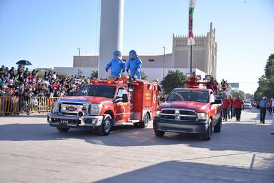 El Heroico Cuerpo de Bomberos de Torreón también participó en el desfile revolucionario.