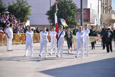 Estudiantes de enfermería durante el desfile de la Revolución Mexicana.