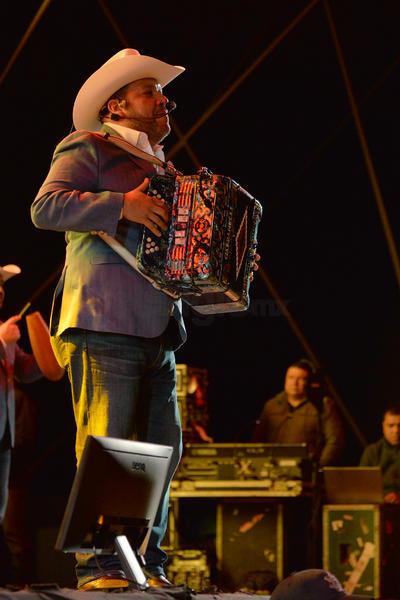A las 12:30 de la noche, Zapata y sus compañeros irrumpieron en el escenario. Abrieron su participación con el tema Te quiero, te amo.
