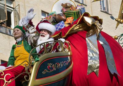 Además de los globos, Santa Claus no puede faltar en el desfile.