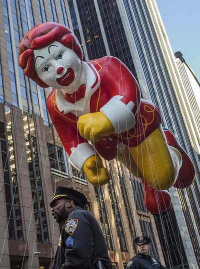 Durante la marcha hubo diecisiete enormes globos con personajes de películas infantiles y series de televisión, así como decenas de carrozas alegóricas y bandas de música.