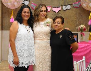 26112017 POR CASARSE.  Sarahí Pérez Escandón con su mamá, Sandra Escandón, y su suegra, Rosy de Ovalle.